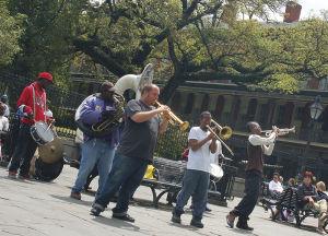 ジャクソン・スクエアで演奏する若者バンド
