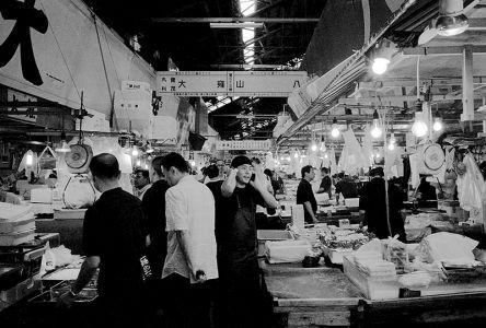 活気溢れる朝の市場