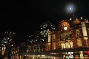 月明かりの丸の内駅舎(JR東日本提供)