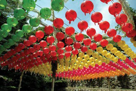 寺院山中で見かけた、色とりどりの飾り。大切な人や故人を想ってぶら下げるという