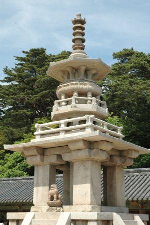 仏国寺境内に立つ、多宝塔