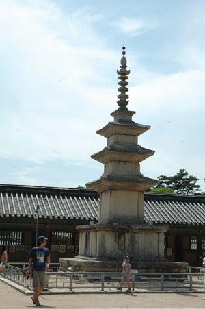 多宝塔と向かい合って立つ釈迦塔