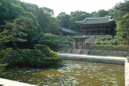 昌徳宮の秘苑にある芙蓉池。周りに図書館や科挙の試験場もあった