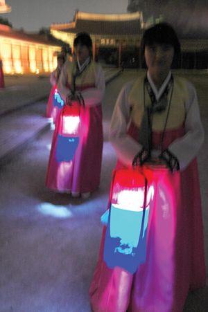 夜の昌徳宮は幻想的。伝統衣装ハンボック姿のガイドが提げる灯りに導かれ、秘苑へ入る