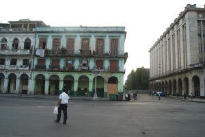 ハバナの歴史的な旧市街、ラ・アバーナ・ビエハを早朝に撮影。なんとも味のある古めかしさ
