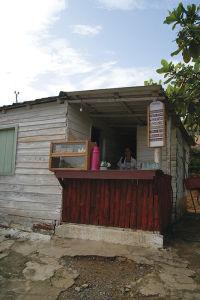 ビニャーレスで見つけたカフェ。キューバ人が利用する人民ペソの店だ(次ページの囲み記事参照)。しかし筆者はそれを知らず、観光客用の兌換ペソでコーヒーを飲んだ