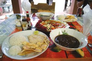 カーサでのある日のメニュー。この日は魚をリクエスト。バナナを揚げたプラタノ・フリートを付け合わせに白身魚が出た