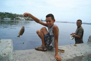 運河で釣れた「ロンゴ」という魚を見せてくれた少年。筆者はこの後、金を要求されることになる