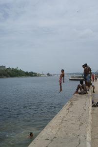 首都ハバナの運河は子供たちの遊び場だ
