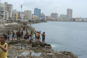 ハバナの世界遺産、モロ要塞の前の運河で泳ぐ子供たち