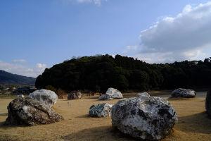 古墳の周りに岩がアートのように置かれていた