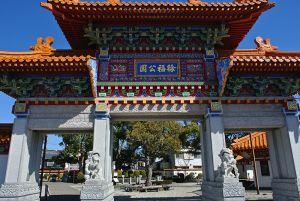 中国式の楼門がシンボルな「徐福公園」