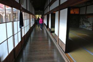 ピカピカの宿坊の廊下