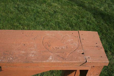 レイ・キンセラの妻アニーの名前を刻んだベンチ