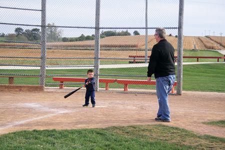 バットやグローブを持ってきて遊ぶ親子