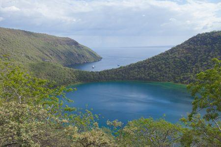 青い水をたたえたダーウィン湖