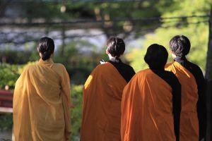女性の僧侶