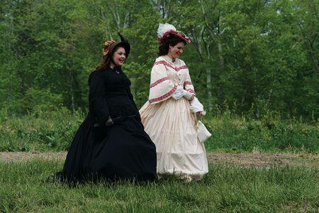 南部スタイルのドレス姿で歩く女性