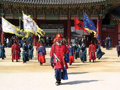 景福宮には王朝時代の装束をまとった衛兵が立つ。興礼門での交代儀式が観光客に人気