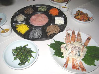 宮中料理の定番クジョルパン。八角形の皿に盛られたエビやキノコ、鶏肉などをクレープ生地に包んで、辛みの利いた醤油につけて食べる。マッコリと合わせて