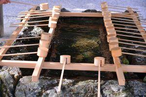 手水舎(ちょうずや)は、参拝者が身を浄めるために手水を使う施設のこと