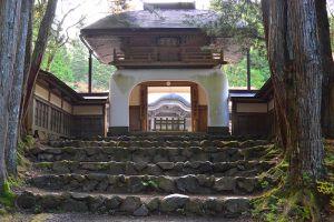 厳しい密教修行の円通律寺。ここまでしか行くことが許されない