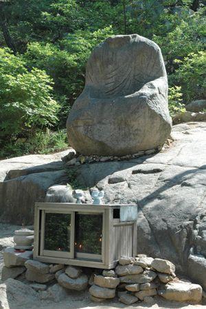 80種以上の異なるスタイルの石仏が点在する