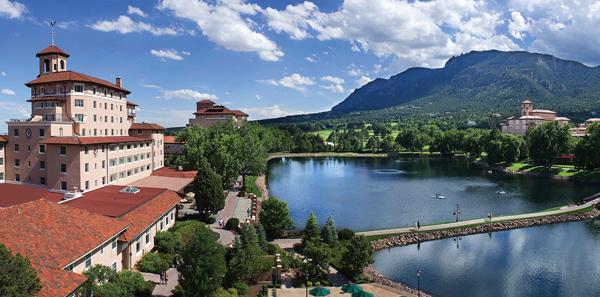 「ザ・ブロードモア」の敷地内には湖があり、山々を眺めながらの朝の散歩がおすすめ