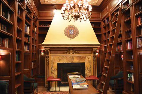 ブロードモアの館内には、歴史を感じさせるクラシックな書斎なども