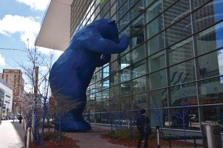 デンバーのアイコン的存在であるブルー・ベア。「I See What You Mean」というタイトルのついたこのクマは、日々多様なアイデアが交わされるコンベンションセンターに興味津々