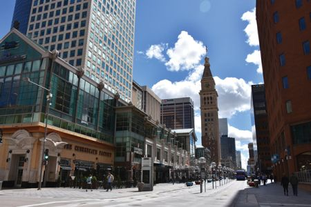 ダウンタウンの中心を約1マイルにわたり伸びる16番街モールでは、ショッピングを楽しんで