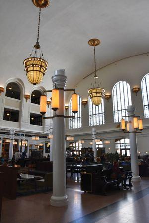 人々の憩いの場となっているユニオン駅は、デンバー空港とダウンタウン、そして市内外をつなぐ交通の拠点