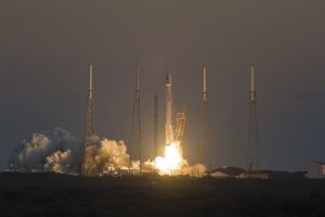 ケネディ宇宙センターは今もロケット打ち上げ場所として利用されている。写真は、今年2月、スペースXファルコン9の発射の様子