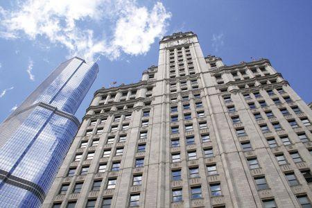 歴史を感じさせるリグリー・ビルディングと、後ろにそびえるトランプ・インターナショナル・タワーの対比