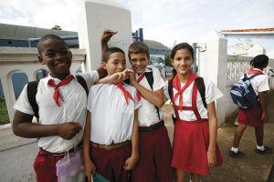 田舎町ビニャーレスの学校に通う制服姿の子供たち