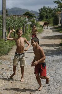 小さな田舎町、 ビニャーレスの子供たち。炎天下、半裸でキャッチボール