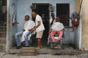 キューバ東部の町、サンティアゴ・デ・クーバの青空床屋