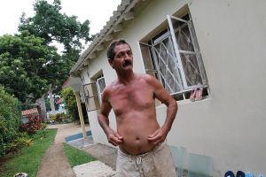 ビニャーレスで筆者らが宿泊したカーサと、筆者らの食事を作ってくれたグレゴリオ