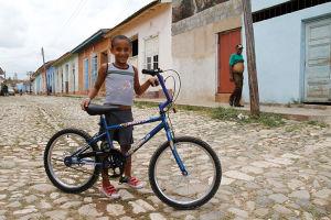 石が敷き詰められた古都、トリニダー。少年が嬉しそうに自転車を見せてくれた