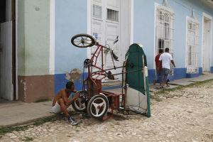 米国による経済制裁もあり物資が不足気味のキューバ。物を大事に修理して使う人が多い