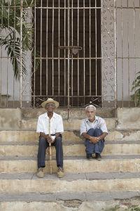 日差しを避け、日陰でおしゃべりを楽しんでいたトリニダーの住民。社会主義体制の下、最低限の衣食住が保障されているためか、一日のんびり過ごす老人が多いようだ