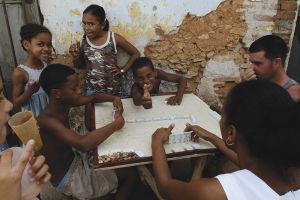 夏休みに入ったばかりの昼下がり、街角のドミノで遊ぶトリニダーの子供たち