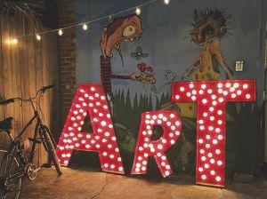フレンチ・クオーターのすぐ外にあるフレンチメン・ストリートでは、夜にアートマーケットが開かれる