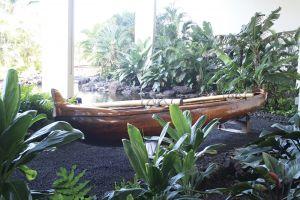 マウナラニのカルチュラル・センター前に飾ってある、古代ハワイのカヌー