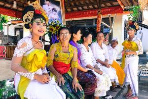 結婚式に集まっている女性たち