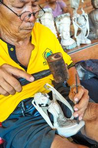 ヒンドゥーの神を彫る職人