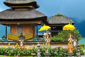 湖に浮かぶようなウルン・ダヌ・ブラタン寺院