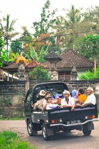 寺院での儀礼を終えて家路につく家族