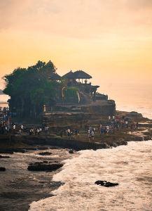 海に浮かぶように建てられたタナロット寺院