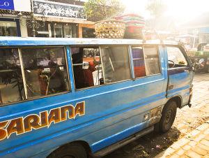 ベモと呼ばれる乗り合いバス